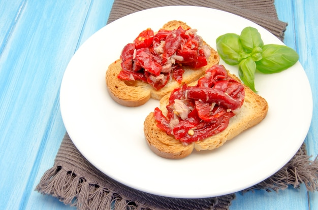 Toasted bread with vegetables