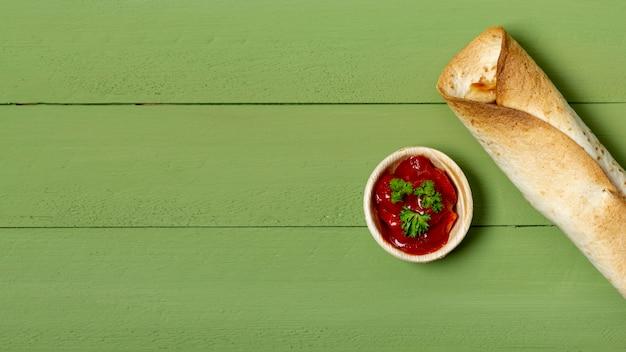 Поджаренный буррито и соус в миске Бесплатные Фотографии