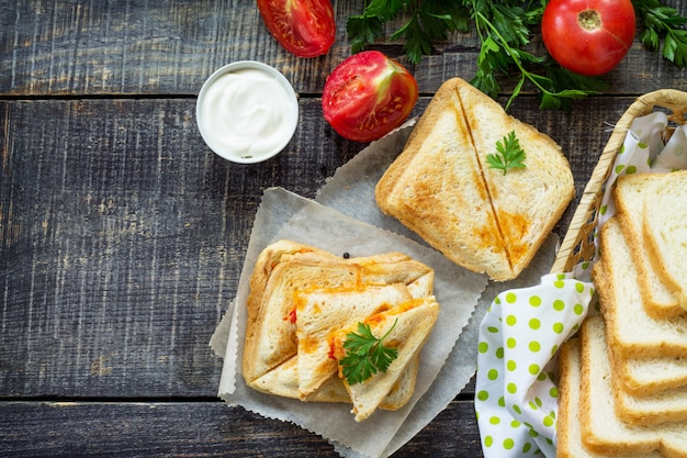 チキンの二重サンドイッチのトースト