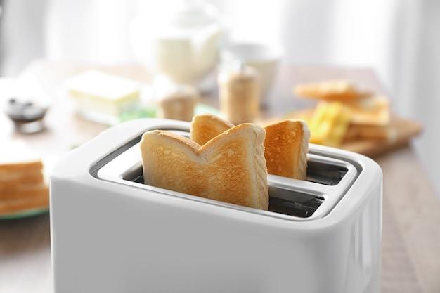 テーブルの上においしい朝食トーストとトースター