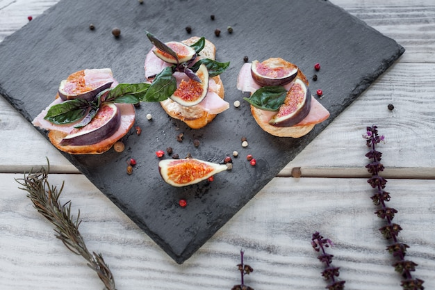 Toasteres with ham and figs