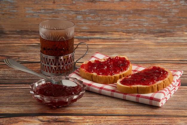 梅のコンフィチュールとお茶のグラスで味わう。