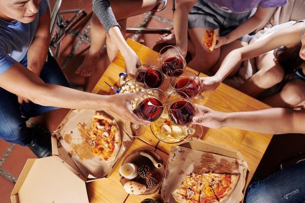 パーティーで友達を乾杯