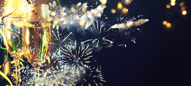 Поджаривание с бокалами шампанского на сверкающем праздничном фоне