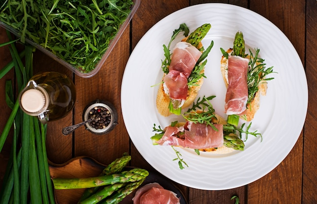 Toasts with asparagus, arugula and prosciutto.