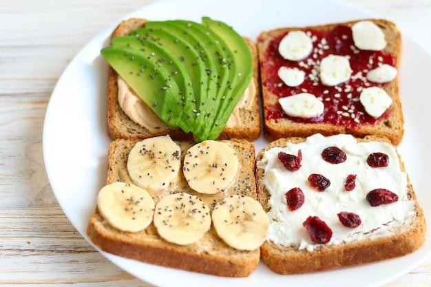 Тосты с авокадо на завтрак, здоровый завтрак на столе