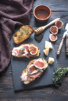 Toasts with bacon and figs