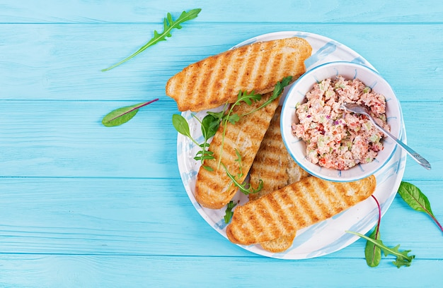Тосты с запеченным лососем