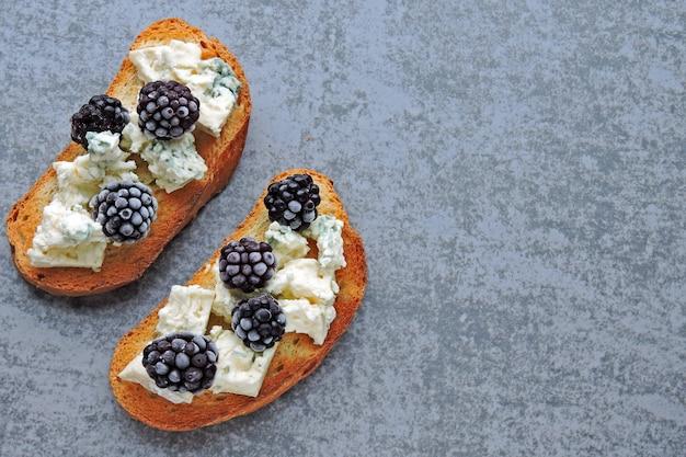 Тосты с голубым сыром и ежевикой.
