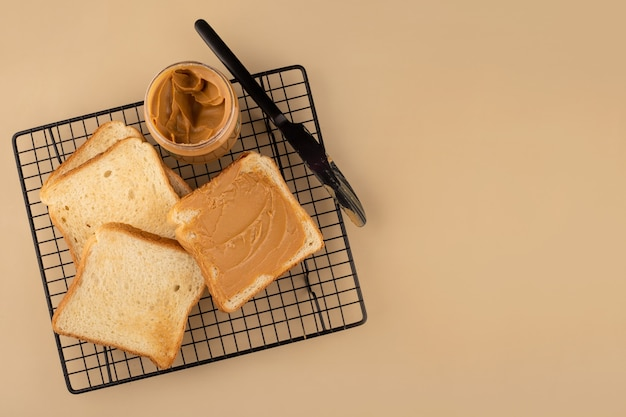 검은 격자에 땅콩 버터 토스트