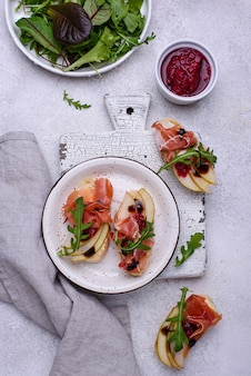 Toasts with pear and prosciutto