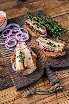 Тосты с сардиной, сливочным сыром и луком.
