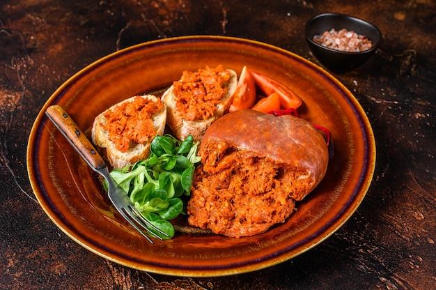Sobrassada 경화 돼지 고기 소시지와 토마토를 곁들인 토스트