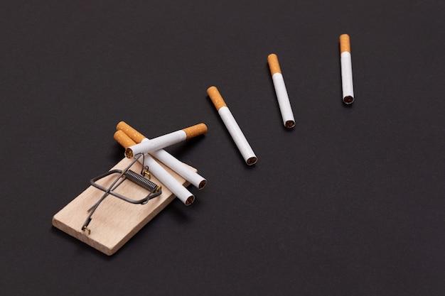 木製ネズミ捕りのタバコ中毒タバコ Premium写真