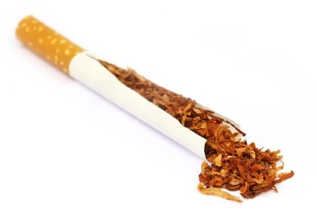 白い背景の上のタバコとタバコ