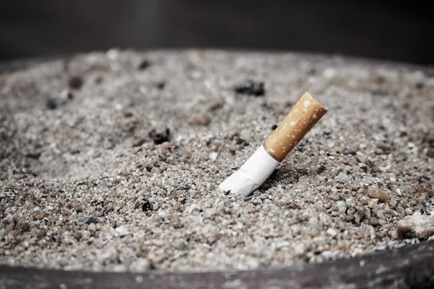 タバコのたばこの吸い殻、禁煙の概念
