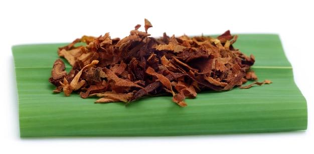 Табак для изготовления сигарет на зеленом листе