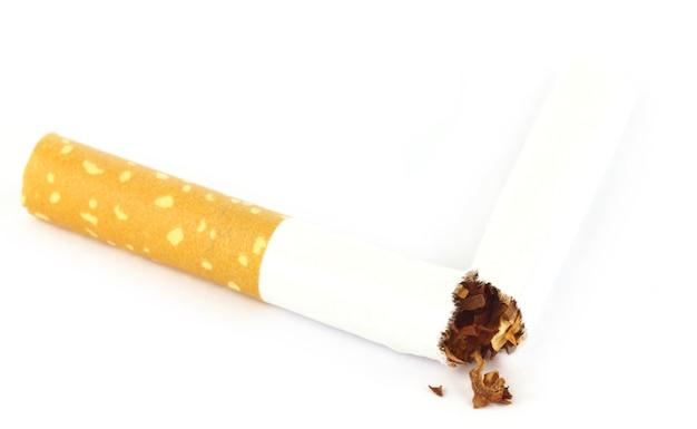 白い背景の上の破れたタバコとタバコ