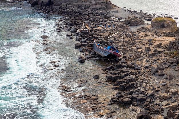 Мыс тобизин во владивостоке с обломками северокорейского рыболовного траулера на скалах