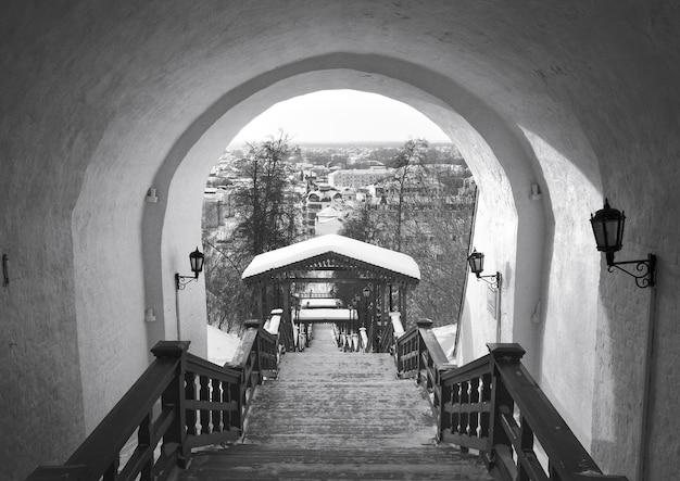 겨울의 토볼스크 크렘린 계단은 석조 아치 아래에서 제기됩니다. 늙은 러시아 건축
