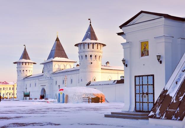 겨울에 토볼스크 크렘린 게스트 야드 타워 xviii 세기의 늙은 러시아 건축