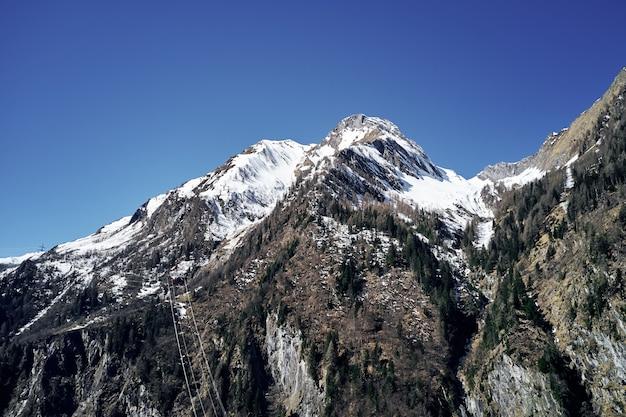 Низкий угол выстрела из tock со снегом на вершине и небо