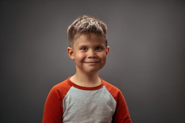 사랑스러운 귀여운 초상화 포즈 유아 소년입니다. 행복 한 감정 가득한 웃는 어린 소년