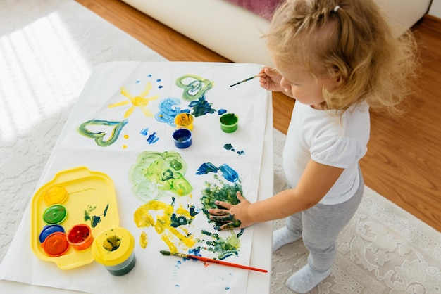 家庭での幼児の子供の絵の創造的な自由時間