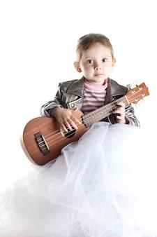 Малыш девочка с гавайской гитарой на белом фоне вертикали.