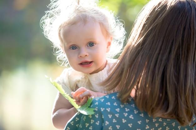 Малыш девушка с мамой