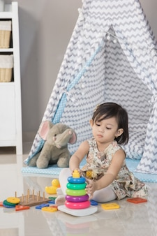 Дома малыш играет с игрушками