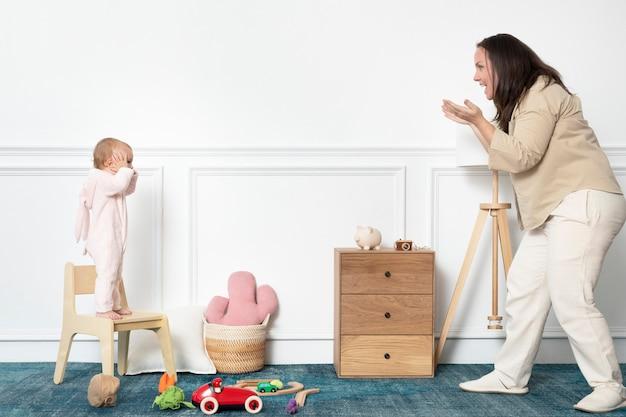 그녀의 놀이방에서 노는 유아