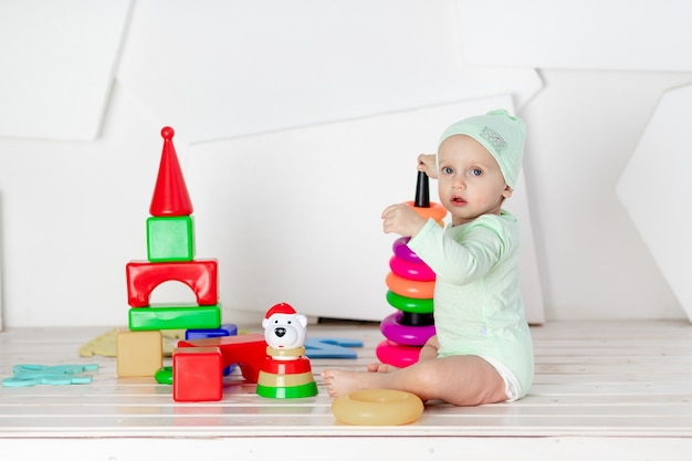 自宅の子供部屋でカラフルな立方体で遊ぶ幼児、幼児の発達と余暇の概念