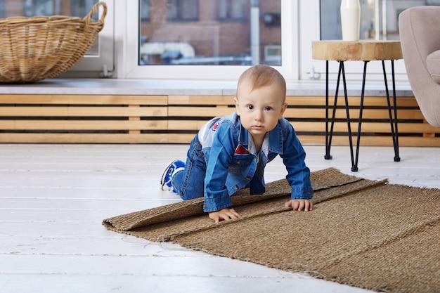 거실 바닥에 기어다니는 유아