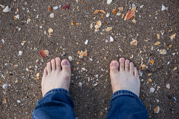砂の中に足の指