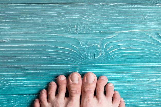 Пальцы на фоне синей доски