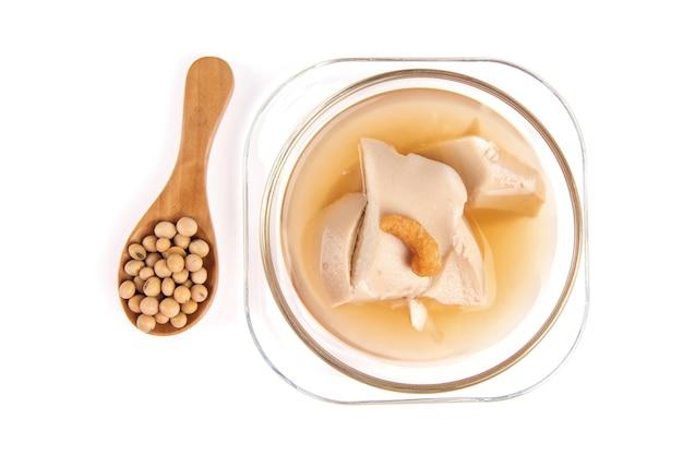 Тофу, десерт, содержащий соевые ингредиенты, изолированные на белом фоне.
