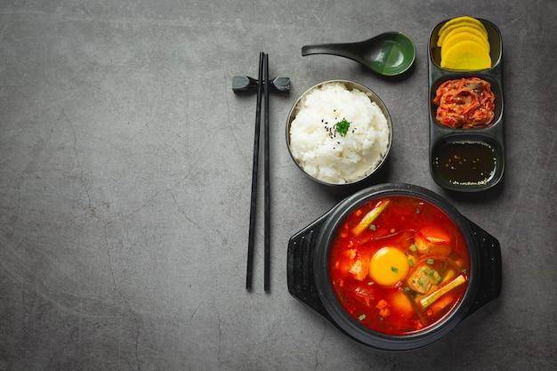 豆腐と卵黄をスパイシーなスープで茹でたもの