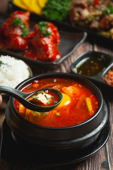 Тофу и желток, сваренные в остром супе