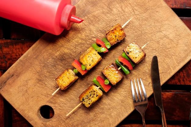 두부 빵. 두부 치즈를 곁들인 채식 시시 케밥.