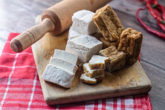 木製の背景に豆腐