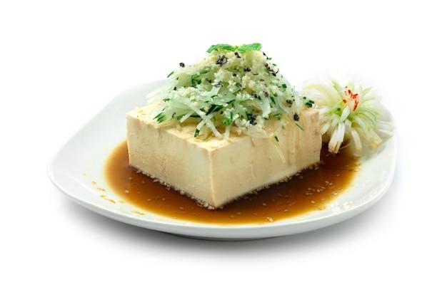 きゅうりのカツレツに醤油をのせた豆腐サラダごまをふりかける