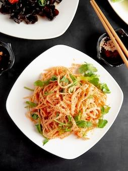 皿にコリアンダーと豆腐