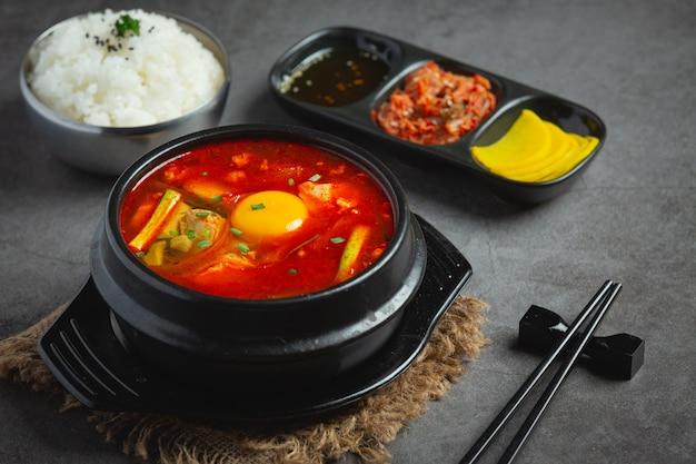 Tofu e tuorlo bolliti in zuppa piccante