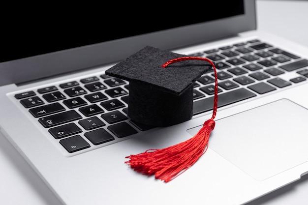 托加帽在笔记本电脑近距离