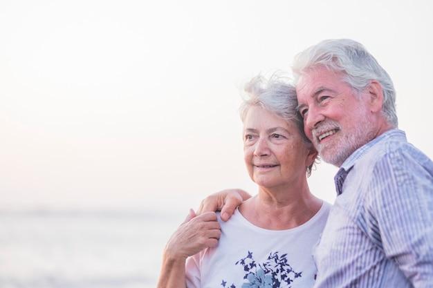야외에서 행복한 은퇴 한 부부를위한 영원한 삶과 새로운 지평선