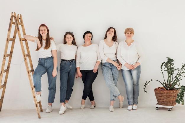 女性と階段の一体感グループ