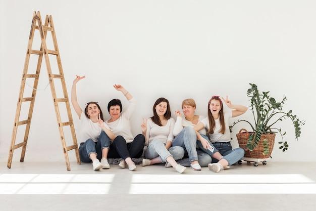 屋内の女性の団結グループ