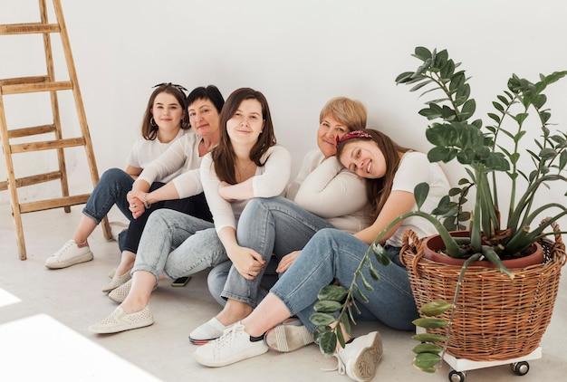 床に座っている女性の団結グループ
