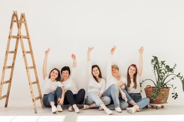 空気中の手で女性の団結グループ